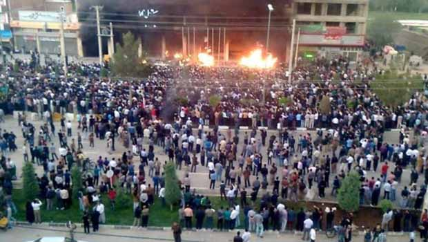 Mahabad'da halk ayaklandı