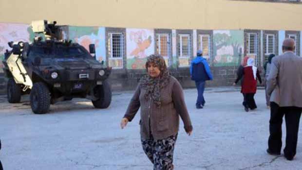 Diyarbakır'da silahların gölgesinde seçim