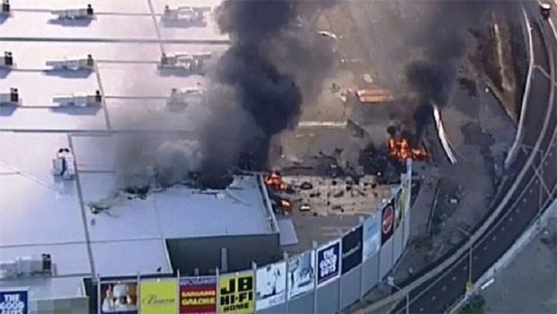 Alışveriş merkezine uçak düştü; 5 ölü