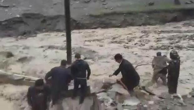 Hakkari'de sel ve heyelan yolları kapattı