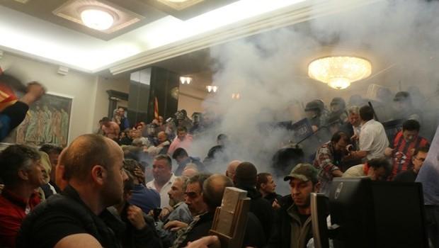 Meclisi basan protestocular milletvekillerini rehin aldı