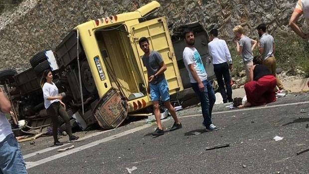 Tur otobüsü devrildi: 24 ölü