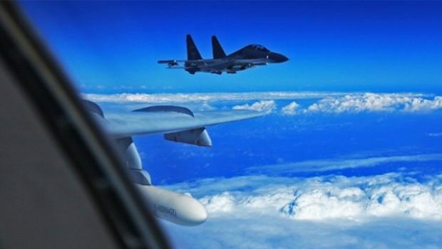 Çin, ABD askeri uçağının önünü kesti
