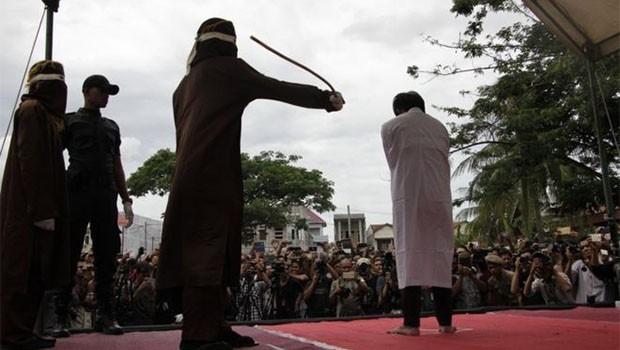 Endonezya'da iki eşcinsele kırbaç cezası