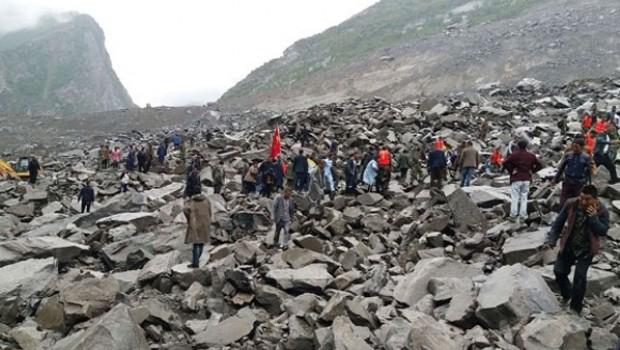 Heyelan ve devasa kayalar köyü yuttu, 141 kişi kayıp!
