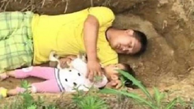 Kızını ölüme hazırlamak için her gün mezara giriyor