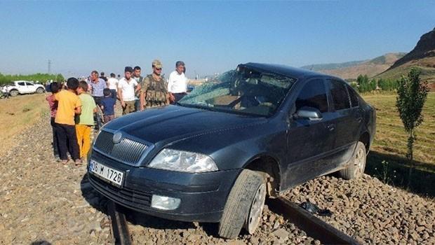 Muş'ta tren otomobile çarptı: 6 yaralı