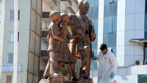 Diyarbakır - Atatürk heykeline çekiçle vurdu