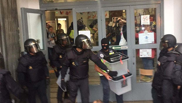 İspanyol polisi, Katalonya referandumuna saldırdı!