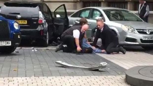 Londra'da araç kalabalığın arasına daldı! Yaralılar var...