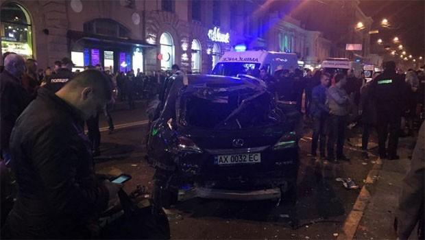 Ukrayna'da araç kalabalığa daldı