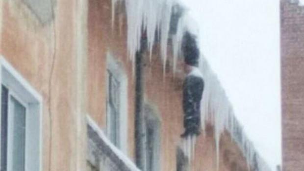 Rusya'da dehşete düşüren görüntü: Çatıda donarak öldü