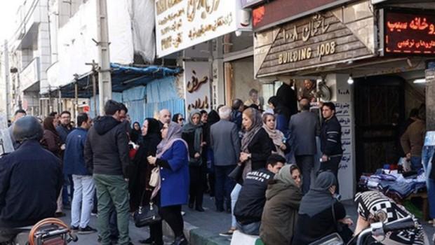 İran'da halk döviz bürolarına akın ediyor!