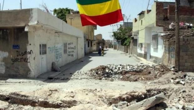 Uluslararası güçlerin terörist ilan ettiği bir yapı ile Kürt halkı terörize edilmemelidir