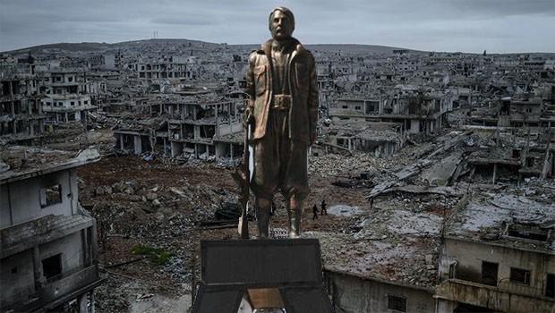 Peykerê fermandarekî PKKê li Kobaniyê tê danîn