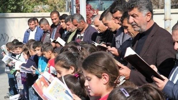 Xwendekar û malbatên wan bihev re pirtûk xwendin