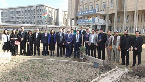 Parlamenterên Kurdistanê bi çandina darên zeytûnê nerazîbûna xwe li dijî operasyona Efrînê nîşan dan