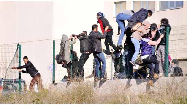 Antalya'da, Yüksekova'daki olaylara destek veren grup polisle çatıştı.