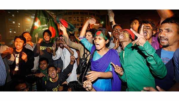 Mollanın infazını sokakta kutladılar!