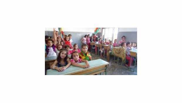 Qamişlo'da Kürdçe eğitim ilk sertifikalarını dağıttı..