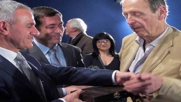 Peşmerge Bakanı'ndan Fransız yazara onur madalyası