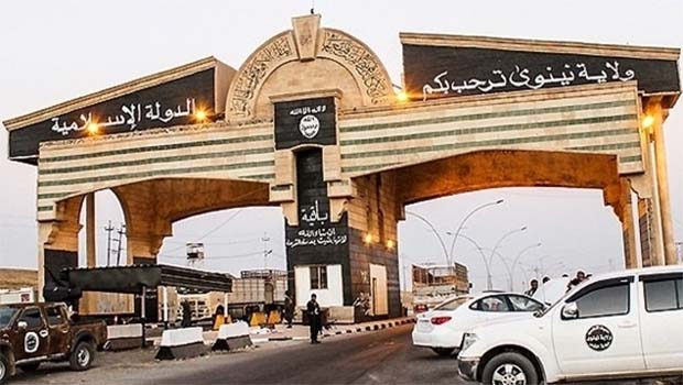 IŞİD Musul'daki tarihi kapıyı tahrip etti