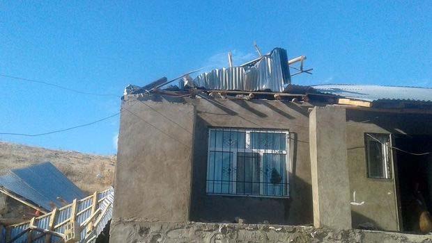 Bahçesaray'da yıldırım can aldı, Erciş'te fırtına çatıları uçurdu