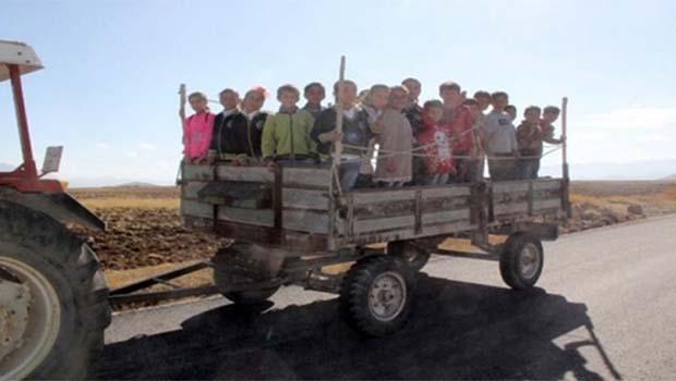 Servis bulamayan öğrenciler römorkla okula gidiyor!