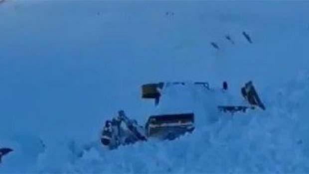 Van'da karla mücadele ekibinin üzerine çığ düştü [VİDEO]