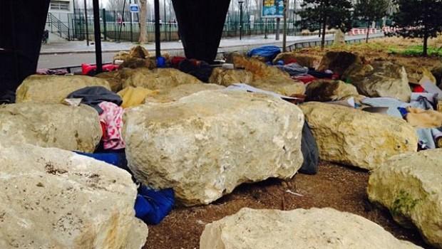 Paris'te mültecilere karşı kaya