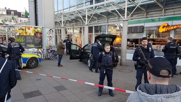 Almanya'da bir saldırgan arabayla kalabalığın arasına daldı: Yaralılar var