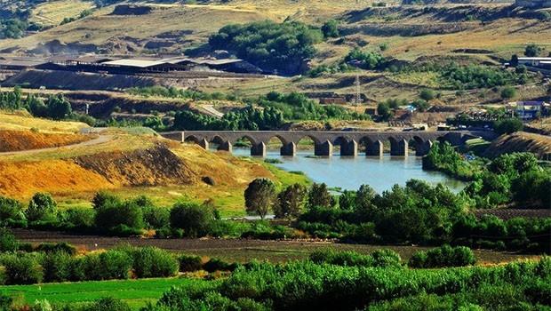 Diyarbakır'da tarihe beton döktüler!