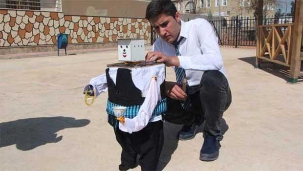 Urfalı öğrenci, atık malzemelerden robot yaptı