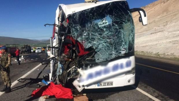 Elazığ'da yolcu otobüsü TIR'a çarptı: 1 Ölü, 20 Yaralı