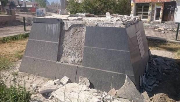 Kayyum Ehmedê Xanî Anıtı'nı yıktı