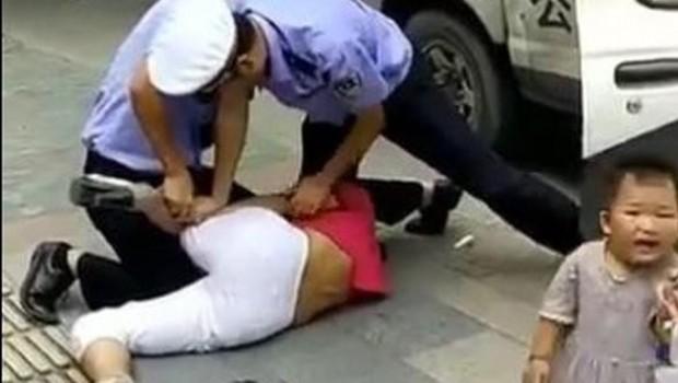 Çocuklu kadını döven polisi halk linç etti