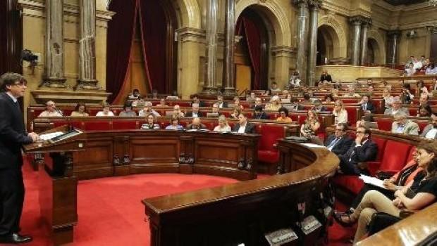 Katalonya bağımsızlık kararını askıya aldı