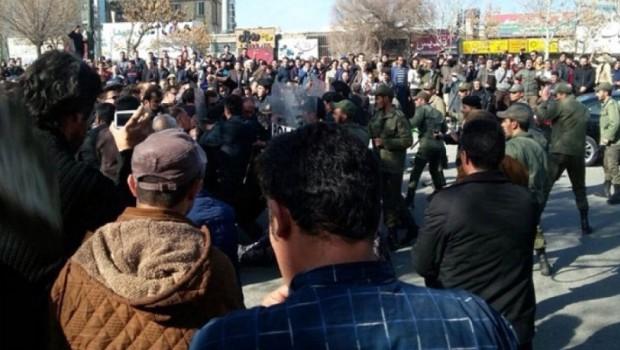 Doğu Kürdistan'da halk İran rejimine karşı ayakta protesto gösterileri sürüyor