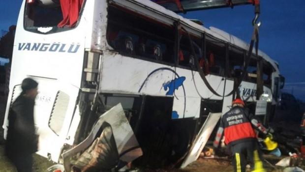 Van'da yolcu otobüsü devrildi: 2 ölü, 21 yaralı