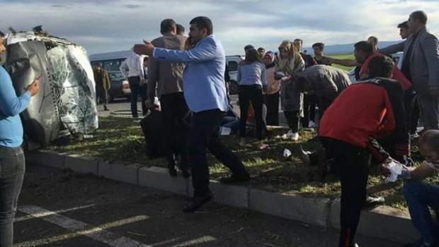 Diyarbakır'da minibüs ve otomobil çarpıştı: 25 yaralı