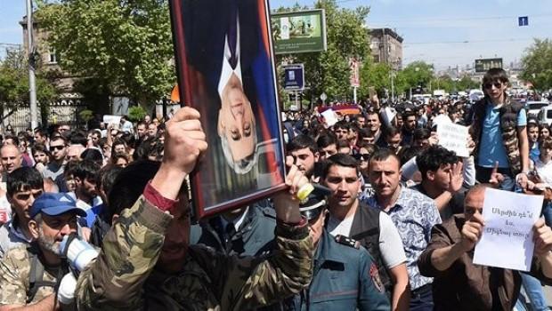 'Sokağın talebi' yerine getirildi: Ermenistan Başbakanı istifa etti