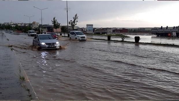 Diyarbakır- Mardin karayolu su altında kaldı