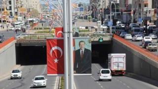 Diyarbakır'da Erdoğan'ın posterleri ve Türk bayrakları kaldırılıyor