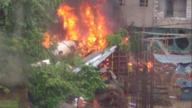 Hindistan'da uçak evlerin arasına düştü