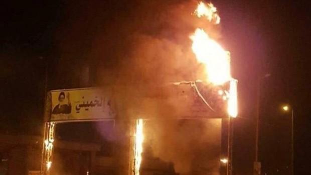 Iraklı göstericiler Humeyni posterini ateşe verdi