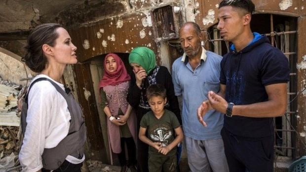 Angelina Jolie Kürt sığınmacı bir annenin dramını dinledi
