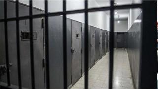 İki mahkum tavana delik açıp kaçtı