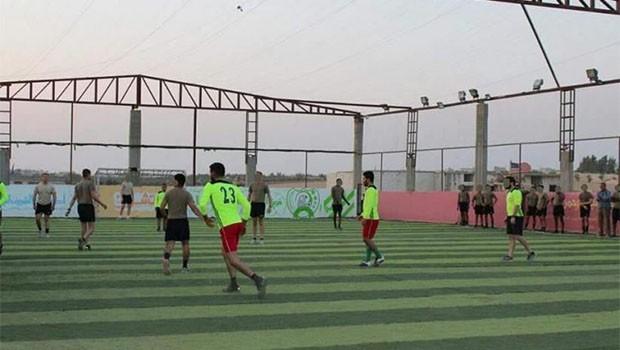 ABD askerleri Menbic'te SDG'lilerle halı saha maçına çıktı