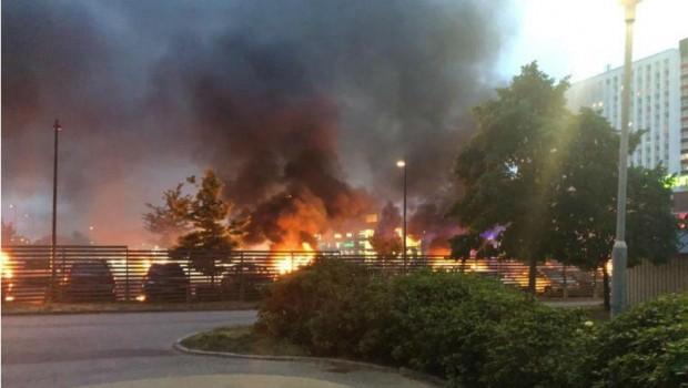 Siyah giyen adamlar 97 araba yaktı