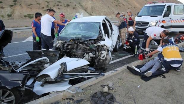 Erzincan'da feci kaza! Çok sayıda ölü ve yaralı var